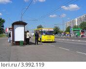 """Автобус № 100 """"Выхино-город Железнодорожный"""" едет по Носовихинскому шоссе. Новокосино. Москва, эксклюзивное фото № 3992119, снято 5 июня 2012 г. (c) lana1501 / Фотобанк Лори"""