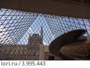 Стеклянная пирамида. Лувр. Вид изнутри (2012 год). Редакционное фото, фотограф Валерия Зарубицкая / Фотобанк Лори