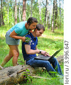 Купить «Молодые люди смотрят в ноутбук», эксклюзивное фото № 3996647, снято 8 июля 2012 г. (c) Юрий Морозов / Фотобанк Лори