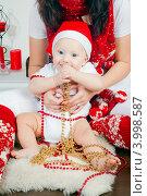 Купить «Маленький ребенок в руках матери с новогодними гирляндами», фото № 3998587, снято 29 октября 2012 г. (c) Анна Лурье / Фотобанк Лори