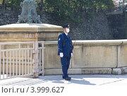 Купить «Полицейский охраняет вход в Императорский дворец. Токио, Япония», фото № 3999627, снято 6 апреля 2012 г. (c) Иван Марчук / Фотобанк Лори