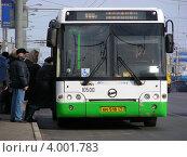 Купить «Посадка пассажиров в автобус, Щелковское шоссе, Москва», эксклюзивное фото № 4001783, снято 3 марта 2012 г. (c) lana1501 / Фотобанк Лори