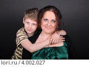 Купить «Портрет женщины с маленьким сыном», фото № 4002027, снято 3 мая 2012 г. (c) Наталия Скоморохова / Фотобанк Лори