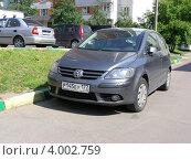 Купить «Парковка автомобиля Volkswagen во дворе дома на Новокосинской улице. Москва», эксклюзивное фото № 4002759, снято 5 июня 2012 г. (c) lana1501 / Фотобанк Лори