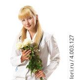 Девушка-врач со светлыми волосами держит в руках букет белых роз. Стоковое фото, фотограф oleksandr gurin / Фотобанк Лори