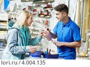 Купить «Продавец показывает малярный валик покупателю», фото № 4004135, снято 3 ноября 2012 г. (c) Дмитрий Калиновский / Фотобанк Лори