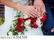 Руки невесты и жениха с обручальными кольцами и свадебным букетом. Стоковое фото, фотограф Мария Егунева / Фотобанк Лори