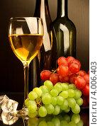 Купить «Композиция с бокалом белого вина, виноградом и кусочками льда», фото № 4006403, снято 13 мая 2012 г. (c) Виктор Топорков / Фотобанк Лори
