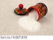 Купить «Солонка с рассыпанной солью», фото № 4007819, снято 27 октября 2012 г. (c) Андрей Радченко / Фотобанк Лори