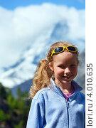 Купить «Девочка на фоне горы Маттерхорн в Швейцарских Альпах», фото № 4010635, снято 7 июня 2012 г. (c) Юрий Брыкайло / Фотобанк Лори