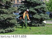 Купить «Газонокосильщик косит траву, Лубянская площадь, Москва», эксклюзивное фото № 4011659, снято 16 мая 2012 г. (c) lana1501 / Фотобанк Лори
