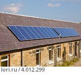 Купить «Солнечные батареи на крыше дома», фото № 4012299, снято 10 августа 2012 г. (c) Дмитрий Наумов / Фотобанк Лори