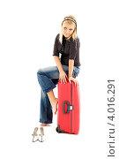 Купить «Привлекательная девушка с чемоданом на белом фоне», фото № 4016291, снято 25 ноября 2006 г. (c) Syda Productions / Фотобанк Лори