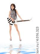 Купить «Юная брюнетка с гитарой на белом фоне», фото № 4016323, снято 9 февраля 2009 г. (c) Syda Productions / Фотобанк Лори