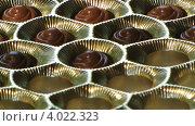 Набор шоколадных конфет. Ассорти. Стоковое видео, видеограф Yaroslav Bokotey / Фотобанк Лори