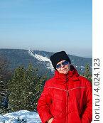 Купить «Женщина в спортивной одежде на фоне 120-метрового трамплина на горе Долгой, Нижний Тагил», фото № 4024123, снято 3 марта 2012 г. (c) Евгений Ткачёв / Фотобанк Лори