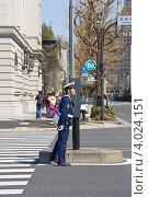 Купить «Японский полицейский регулировщик за работой. Токио, Япония», фото № 4024151, снято 8 апреля 2012 г. (c) Иван Марчук / Фотобанк Лори