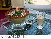 Десерт тирамису в стеклянной чашке. Стоковое фото, фотограф Наталья Райхель / Фотобанк Лори