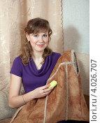 Купить «Привлекательная молодая домохозяйка чистит поролоновой губкой дубленку», фото № 4026707, снято 18 февраля 2012 г. (c) Яков Филимонов / Фотобанк Лори