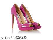 Купить «Розовые блестящие женские туфли на высоком каблуке, белый фон», фото № 4029235, снято 19 февраля 2012 г. (c) Elnur / Фотобанк Лори