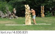 Художник-скульптор Ловрант Бокотей передвигает свою скульптуру (2012 год). Редакционное видео, видеограф Yaroslav Bokotey / Фотобанк Лори