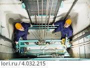 Купить «Два лифтера на крыше лифта», фото № 4032215, снято 19 марта 2012 г. (c) Дмитрий Калиновский / Фотобанк Лори