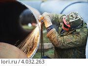 Купить «Сварщик режет большую трубу автогеном», фото № 4032263, снято 7 ноября 2012 г. (c) Дмитрий Калиновский / Фотобанк Лори