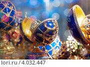 Купить «Яйца Фаберже в витрине магазина. Имитация», фото № 4032447, снято 2 августа 2012 г. (c) Яков Филимонов / Фотобанк Лори