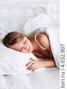 Купить «Улыбающаяся девушка спит в белой постели», фото № 4032807, снято 6 сентября 2012 г. (c) Raev Denis / Фотобанк Лори