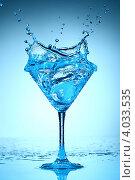 Купить «Всплеск прозрачной жидкости в бокале», фото № 4033535, снято 11 декабря 2008 г. (c) Иван Михайлов / Фотобанк Лори