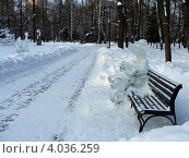 Купить «Ледяная скульптура в парке, крокодил Гена», фото № 4036259, снято 5 апреля 2010 г. (c) Елена Мусатова / Фотобанк Лори