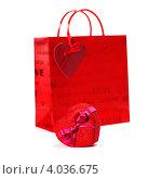Купить «Красная подарочная коробка и бумажная сумка на белом фоне», фото № 4036675, снято 20 января 2012 г. (c) Наталия Кленова / Фотобанк Лори