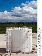 Купить «Резервуар для хранения нефтепродуктов», фото № 4036707, снято 27 июня 2010 г. (c) Георгий Shpade / Фотобанк Лори