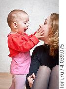 Купить «Мать играет со своей дочерью», фото № 4039075, снято 20 ноября 2012 г. (c) Олег Селезнев / Фотобанк Лори