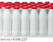 Белые пластиковые бутылки с красными крышками. Стоковое фото, фотограф Куликов Константин / Фотобанк Лори