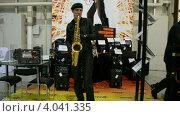 Купить «Музыкант играет на саксофоне», видеоролик № 4041335, снято 21 ноября 2012 г. (c) FMRU / Фотобанк Лори