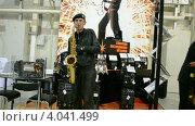 Купить «Музыкант играет на саксофоне», видеоролик № 4041499, снято 21 ноября 2012 г. (c) FMRU / Фотобанк Лори