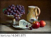 Купить «Натюрморт с виноградом и сыром с плесенью», фото № 4041971, снято 22 ноября 2012 г. (c) Julia Ovchinnikova / Фотобанк Лори