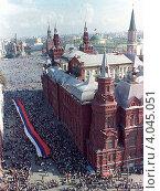 Купить «Август 1991 года. Российский флаг на Красной площади», фото № 4045051, снято 4 апреля 2020 г. (c) Александр С. Курбатов / Фотобанк Лори