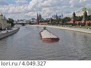 Купить «Баржа идет по Москве-реке, Москва», эксклюзивное фото № 4049327, снято 22 июля 2012 г. (c) lana1501 / Фотобанк Лори