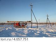 Купить «Индустриальный пейзаж. Зима. Строительство высоковольтной воздушной линии электропередач на месторождении в Западной Сибири. Сваебой Т130-МГ», эксклюзивное фото № 4057751, снято 27 ноября 2012 г. (c) Валерий Акулич / Фотобанк Лори