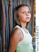 Купить «Портрет девочки возле деревянного забора», эксклюзивное фото № 4058071, снято 7 августа 2012 г. (c) Игорь Низов / Фотобанк Лори