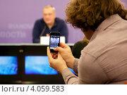 Купить «Корреспондент снимает на смартфон Константина Мелдазе на пресс-конференции», эксклюзивное фото № 4059583, снято 27 ноября 2012 г. (c) Андрей Дегтярёв / Фотобанк Лори