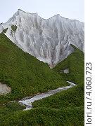 Купить «Белые скалы Итурупа», фото № 4060723, снято 26 августа 2012 г. (c) Владимир Серебрянский / Фотобанк Лори