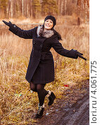 Купить «Молодая веселая красивая девушка. Лес. Осень.», фото № 4061775, снято 13 ноября 2012 г. (c) Елена Алексеева / Фотобанк Лори