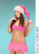 Купить «Жизнерадостная девушка с длинными волосами в колпаке Санты-Клауса и розовой короткой юбке», фото № 4063407, снято 22 ноября 2011 г. (c) Syda Productions / Фотобанк Лори