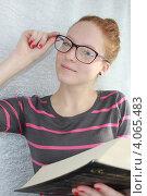 Девочка-подросток в очках с книгой в руках. Стоковое фото, фотограф Диана Линевская / Фотобанк Лори