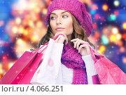 Купить «Молодая жизнерадостная женщина в вязаной шапке и шарфе с пакетами покупок в руках», фото № 4066251, снято 10 октября 2010 г. (c) Syda Productions / Фотобанк Лори