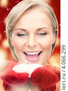 Купить «Привлекательная молодая женщина со снегом в руках», фото № 4066299, снято 30 октября 2010 г. (c) Syda Productions / Фотобанк Лори