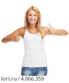 Купить «Молодая женщина с длинными волосами в обтягивающей футболке и джинсовых шортах на белом фоне», фото № 4066359, снято 31 июля 2012 г. (c) Syda Productions / Фотобанк Лори